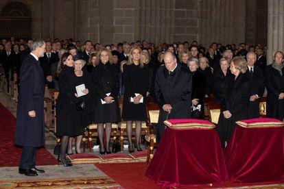 Los reyes eméritos, Juan Carlos y Sofía, Felipe VI y la reina Letizia, y las infantas Elena y Cristina, en el funeral de Pilar de Borbón, en El Escorial, en Madrid.