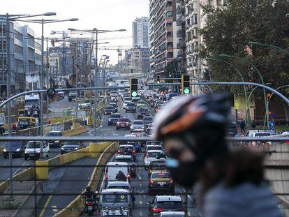 Un atasco en la Gran Via de Barcelona, en una imagen de archivo.
