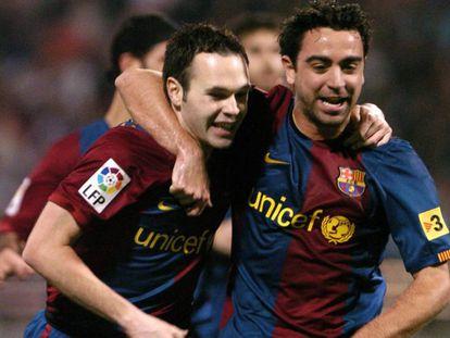 Iniesta y Xavi se abrazan en un partido de la Copa del Rey en 2007.