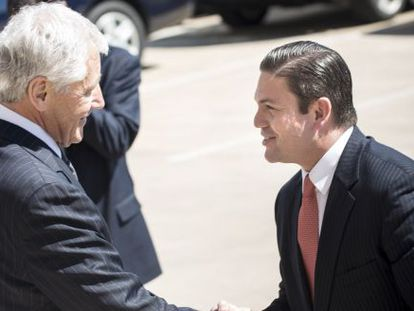 El secretario de Defensa de EE UU, Chuck Hagel, saluda a su homólogo colombiano, Juan Carlos Pinzón.