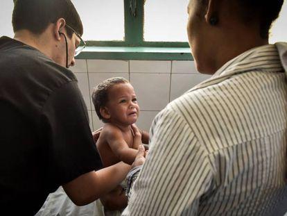 Un niño es examinado por un doctor en Venezuela, en una imagen de archivo.