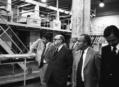 Antes de que naciera EL PAÍS. Cebrián, Polanco, el político José María Gil Robles, Javier Baviano y, detrás, José Ortega Spottorno, en las instalaciones del diario.