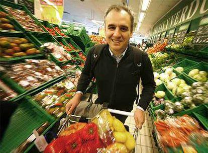 Carlos Barrabés con el carrito de la compra.