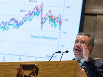 El gobernador del Banco de México, Alejandro Díaz de León, durante la presentación de un informe.