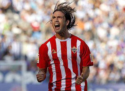 Domingo Cisma, del Almería, celebra el primer tanto ante el Málaga.