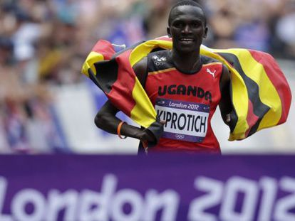 Kiprotich cruza la línea de meta tras el maratón.
