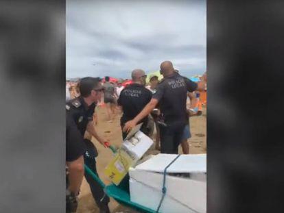 En vídeo, la agresión al policía local. La captura muestra el momento en que los agentes requisan el carromato.