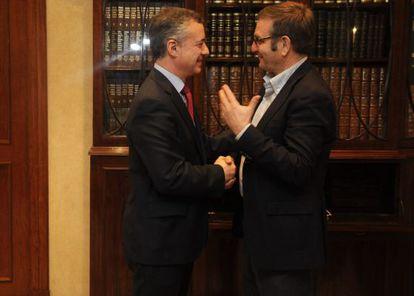 Saludo entre Iñigo Urkullu, a la izquierda, y Dámaso Casado.
