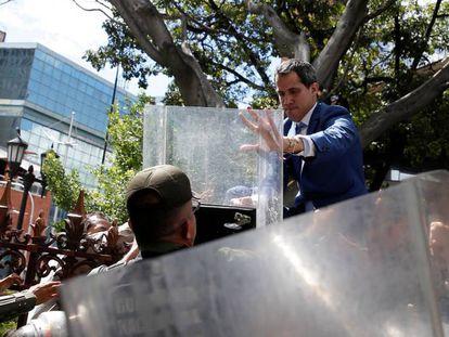 Juan Guaidó accede al recinto de la Asamblea Nacional en Caracas forcejeando con la policía. En vídeo, el momento en el que Guaidó escala la verja del Parlamento.