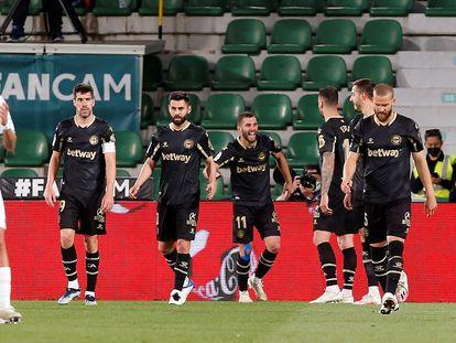 Los jugadores del Alavés celebran uno de sus goles ante el Elche