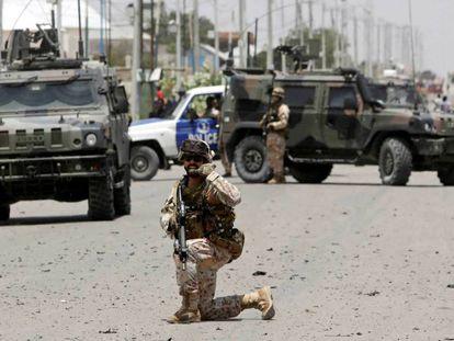 Un convoy europeo, tras sufrir un ataque terrorista, en octubre en Mogadiscio (Somalia). En vídeo, la canciller alemana Angela Merkel aboga por la creación de un Ejército europeo el pasado 13 de noviembre en la Eurocámara.
