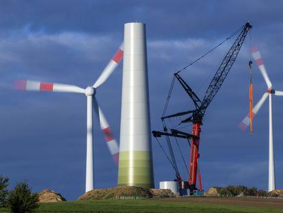 Una torre de turbina eólica en Gressow, Alemania.