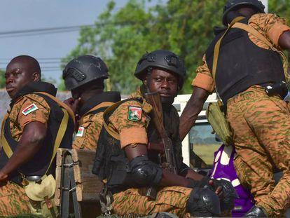 Gendarmes burkineses patrullan tras la muerte de dos soldados por un artefacto explosivo en Nassoumbou, el pasado 5 de noviembre.