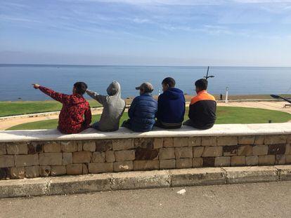 Cinco menores en la localidad marroquí de Fnideq (antigua Castillejos) señalaban el 3 de noviembre hacia Ceuta.
