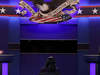 Donald Trump, a la izquierda, toma la palabra durante el último debate electoral antes del 3 de noviembre, este jueves por la noche, en Nashville.