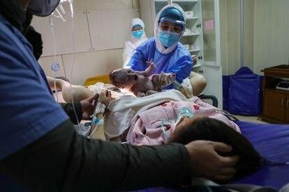 Una mujer da a luz en el materno infantil provincial de Hubei en Wuhan, China, en febrero pasado.