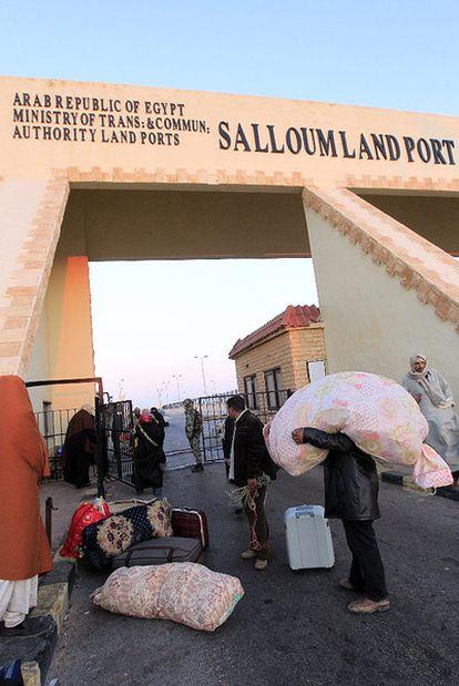 La tranquilidad que se respira en la frontera entre Egipto y Libia contrasta con la avalancha humana que se ha deplazado hasta el paso para cruzar a Túnez intentando huir de la represión de las tropas de Gadafi.