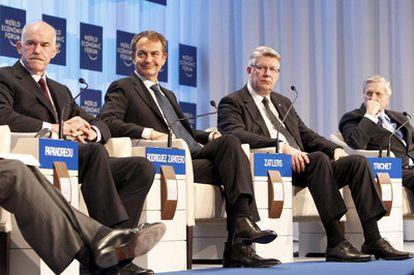 El presidente del Gobierno, José Luis Rodríguez Zapatero, en el foro de Davos (Suiza) entre el primer ministro griego, Giorgos Papandreu (izquierda), y el presidente de Letonia, Valdis Zatlers, el pasado 28 de enero.