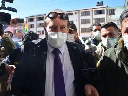 """AME1218. LA PAZ (BOLIVIA), 20/05/2020.- Policías bolivianos custodian al hasta ahora ministro interino de Salud de Bolivia, Marcelo Navajas (c), quien fue arrestado este miércoles por la Policía en un caso de supuesta corrupción, tras lo que fue cesado, en el marco de la investigación de una compra con sobreprecio en España de respiradores para hospitales. Navajas fue llevado a declarar """"en calidad de aprehendido"""" ante la Fuerza Especial de Lucha contra el Crimen en La Paz. EFE/STRINGER"""