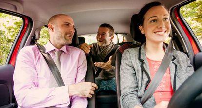 Varios usuarios de Blablacar en un trayecto en coche.