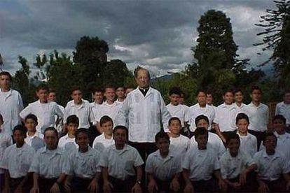 El fundador Marcial Maciel, rodeado de alumnos en uno de sus seminarios.