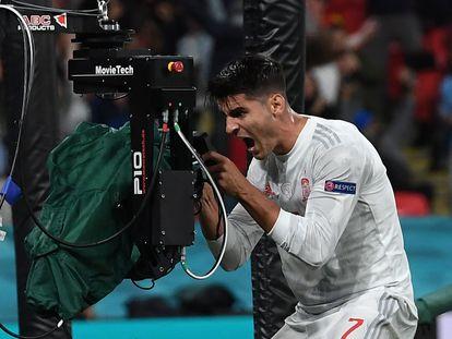 Álvaro Morata celebra ante una cámara el gol del empate de España ante Italia.