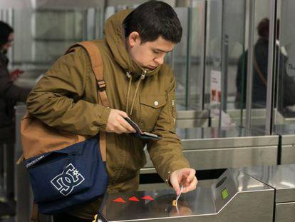 Un usuario del metro en la estación de plaza Espanya.