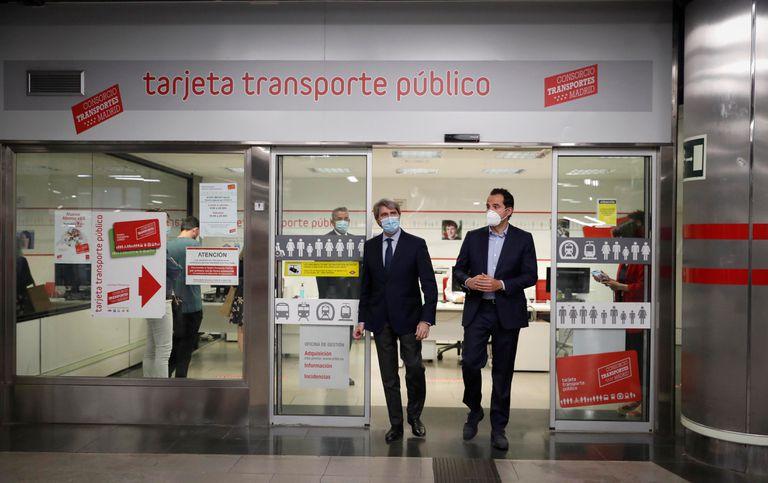 Ignacio Aguado y Ángel Garrido, en una oficina de gestión de la tarjeta del abono transporte en el metro de Madrid, este martes.