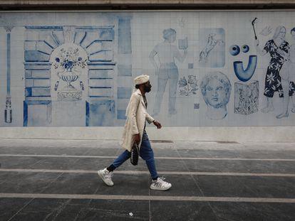 Mural de porcelana en la fachada del Palacio de la Música de la Gran Vía, obra de Los Bravú y comisariada por La Casa Encendida.
