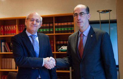 El fiscal jefe de Galicia, a la izquierda, con el consejero de Sanidad de la Xunta durante la firma de un convenio.