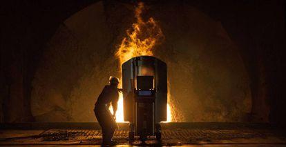 Un trabajador en una planta de acero de Steel Group Corporation en Yiangsu (China).