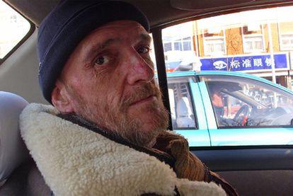 Garay circula en coche por una ciudad de China. A pesar de haber pasado casi ocho semanas en ese país, casi no tiene recuerdos del viaje. En total estuvo 52 días. Fue operado el 11 de diciembre de 2008 y volvió a España el 12 de enero de 2009.