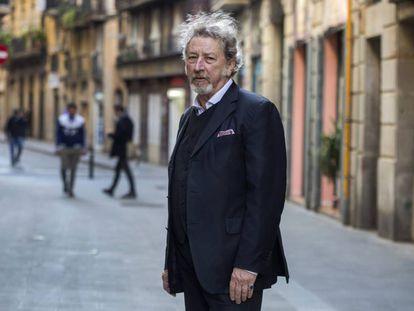 Robert Guédiguian en el Raval de Barcelona, junto a la Filmoteca de Cataluña, el pasado 11 de noviembre.
