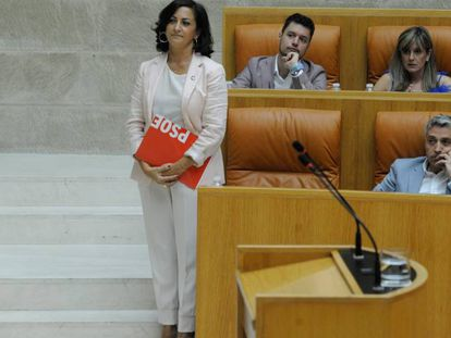 La candidata socialista, Concha Andreu, espera en su escaño a comenzar su segundo discurso de investidura. En vídeo, un fragmento del discurso.