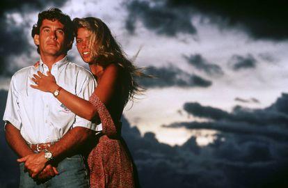 """Ayrton Senna con su novia, la modelo Adriane Galisteu, de vacaciones en Brasil en febrero de 1994. """"Cuando le conocí yo tenía 19 años, él 31. Nos divertíamos mucho y creo que yo le daba jovialidad a su rutina, que estaba llena de responsabilidades"""", confesó la brasileña en 'El Camino de las Mariposas', libro donde recordaba su historia de amor con el piloto."""