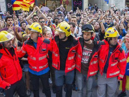 Más de mil personas, según la Policía Local, se han concentrado ante la plaza de la Paeria de Lleida.