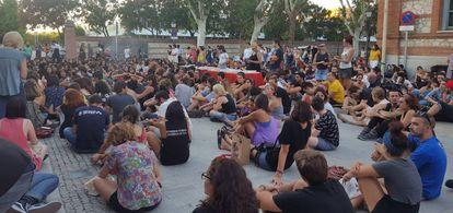 El pasado lunes 4 de septiembre, mucha gente no tuvo sitio para escuchar a Silvia Federici dentro de la Nave de Terneras, en Matadero Madrid. Se quedaron fuera escuchando a través de un altavoz.