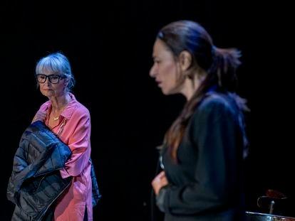 Amparo Pamplona, en el papel de Maruja Torres e Isabel Serrano, en el de Mónica García Prieto, durante una representación.