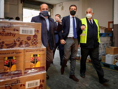 Alejandro Fernández, presidente del PP catalán; Pablo Casado, presidente del PP, Pablo Casado y Eusebio Alonso, presidente del Banco de Alimentos de Tarragona. EFE/Susanna Sáez