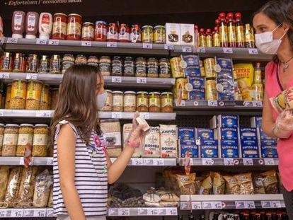 Una familia realiza su compra en un supermercado.