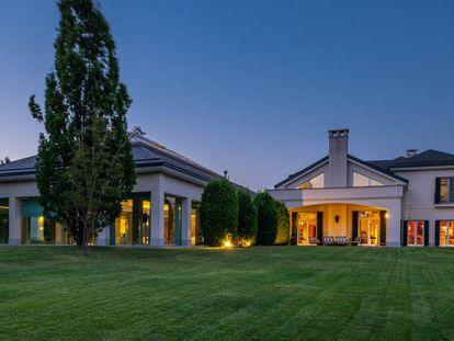 La mansión se divide en dos alas.