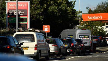 Una cola para echarse gasolina en Tonbridge, sureste de Inglaterra.