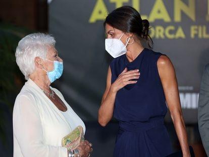 La reina Letizia junto a la actriz Judi Dench en la clausura de la 11ª edición del Atlàntida Mallorca Film Fest 2021, el 1 de agosto de 2021.