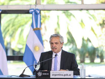 El presidente de Argentina, Alberto Fernández, anuncia la extensión de la cuarentena contra la covid-19, el 26 de junio pasado.