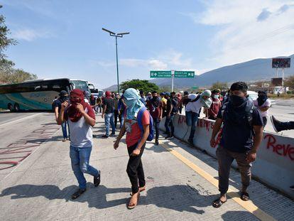 Estudiantes de Ayotzinapa bloquean una autopista en Guerrero en apoyo a los normalistas reprimidos de la Escuela de Mactumatzá.