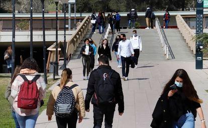 Estudiantes en el campus de la Universidad Autónoma de Barcelona, a finales de marzo.