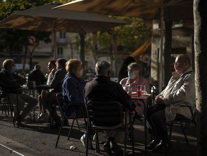 Clientes con mascarilla, en una terraza de Barcelona, este miércoles.