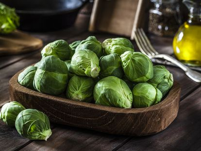 En brocheta o a la lionesa, el potencial culinario de una de las verduras que menos gustan a los niños, las coles de bruselas