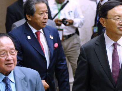 El ministro de Exteriores chino, Yang Jiechi, y su homólogo camboyano, Hor Namhong, antes de la reunión