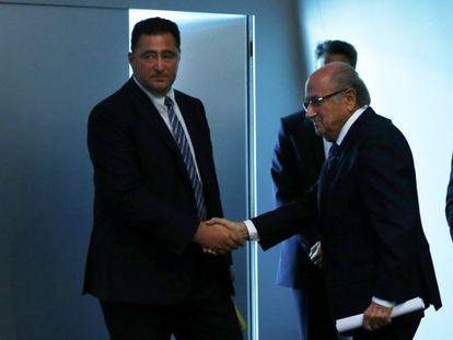 Domenico Scala (izquierda), estrecha la mano del dimitido Blatter.